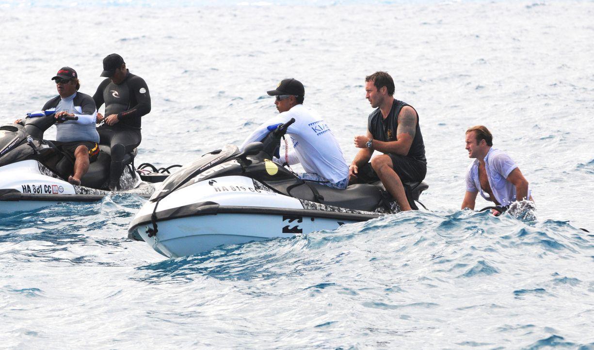 Gerade noch rechtzeitig konnten Steve (Alex O'Loughlin, 2.v.r.) und Danny (Scott Caan, r.) auf hoher See gerettet werden ... - Bildquelle: 2012 CBS Broadcasting, Inc. All Rights Reserved.