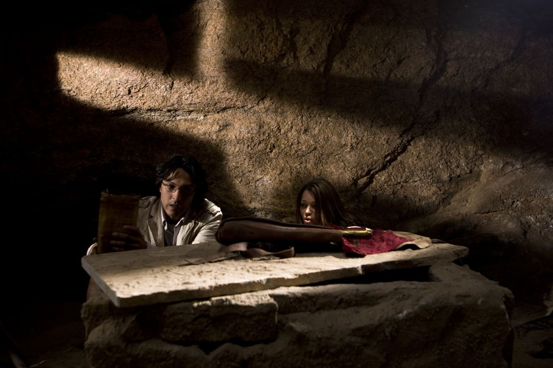 Als Johanna (Cosma Shiva Hagen, r.) und Simon (Olivier Sitruk, l.). das Grab der letzten Seherin entdecken, finden sie weitere Hinweise auf den Verb... - Bildquelle: ProSieben