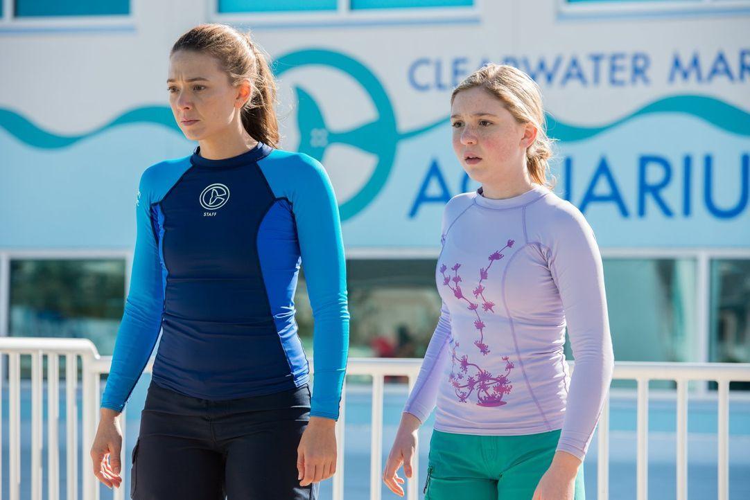 Als Delfin Panama stirbt, sind Rebecca (Juliana Harkavy, l.) und Hazel (Cozi Zuehlsdorff, r.) in großer Sorge um Winter. Was wird nun aus ihr? - Bildquelle: Warner Brothers Entertainment Inc.