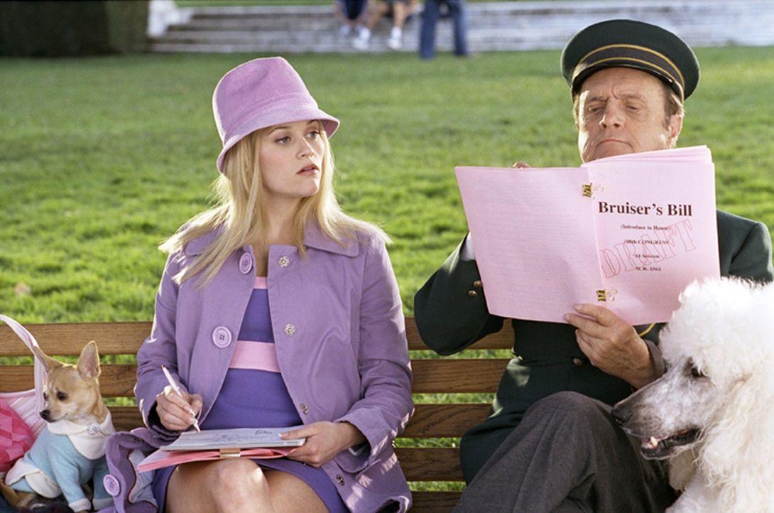 Wider Erwarten findet Elle (Reese Witherspoon, l.) im Hotelportier Sid Post (Bob Newhart, r.) den stärksten Mitstreiter. Gemeinsam machen sie sich d... - Bildquelle: Metro-Goldwyn-Mayer (MGM)