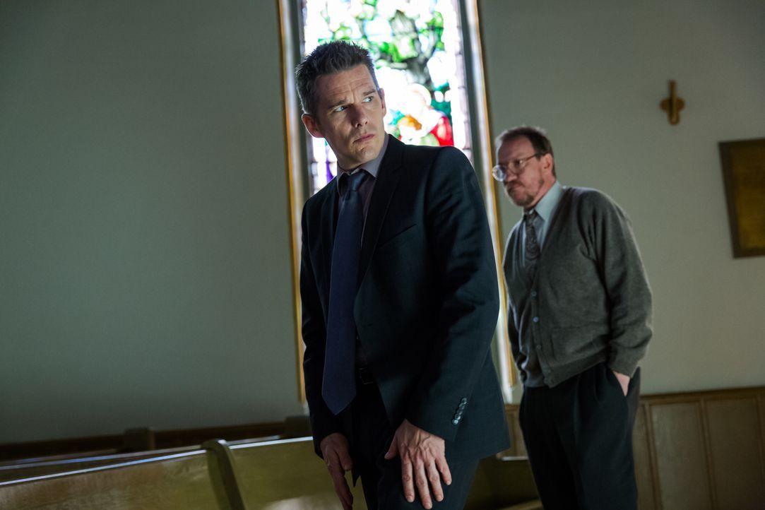 Detective Bruce Kenner (Ethan Hawke, l.) und Psychologe Kenneth Raines (David Thewlis, r.) bekommen es mit einem ganz besonderem Fall zu tun, bei de... - Bildquelle: Tobis Film