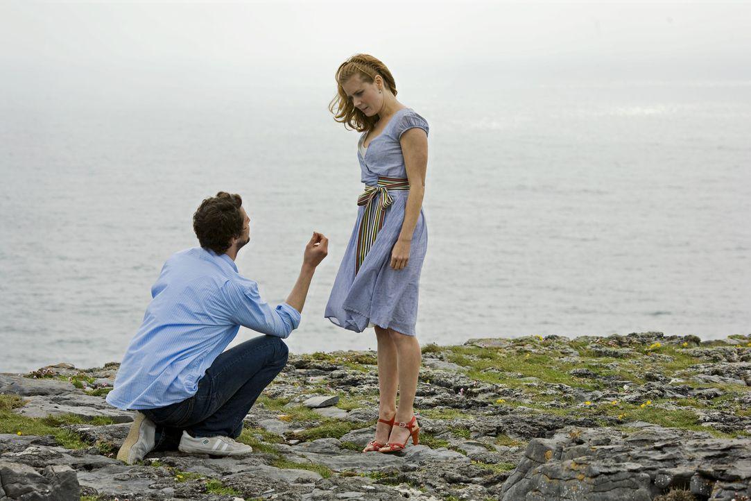 Anna (Amy Adams, r.) will nicht mehr länger auf den Heiratsantrag ihres Freundes warten und folgt ihm deshalb auf seiner Geschäftsreise nach Dubli... - Bildquelle: 2010 Universal Studios
