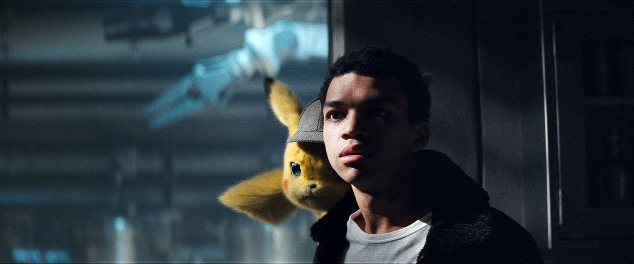 Meisterdetektiv Pikachu (l.); Tim Goodman (Justice Smith, r.) - Bildquelle: Giles Keyte 2018 Legendary and Warner Bros. Entertainment Inc. All Rights Reserved. / Giles Keyte