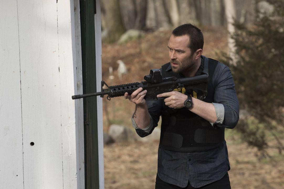 Muss für ein Mädchen, dass ins Visier seiner terroristischen Familienmitglieder geraten ist, sein Leben riskieren: Weller (Sullivan Stapleton) ... - Bildquelle: Warner Brothers