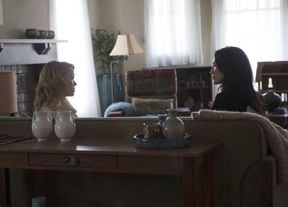 Als der Highschool-Sportlehrer Baker attackiert wird, beginnt Beth (Maggie Q, r.) mit den Ermittlungen und befragt die Mutter der Hauptverdächtigten... - Bildquelle: Warner Bros. Entertainment, Inc.