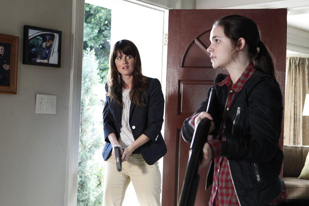 Bei einem neuen Fall wird Teresa (Robin Tunney, l.) mit ihrer Familie konfrontiert. Doch was hat ihr Bruder und ihre Nichte Annabeth (Madison McLaug... - Bildquelle: Warner Bros. Television