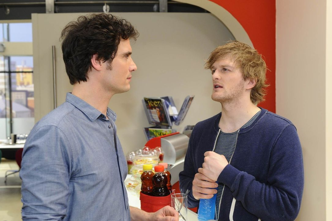 Alexander (Paul Grasshoff, l.) macht sich Sorgen um Mia und spricht mit Julian (Bo Hansen, r.) über die Situation. - Bildquelle: SAT.1
