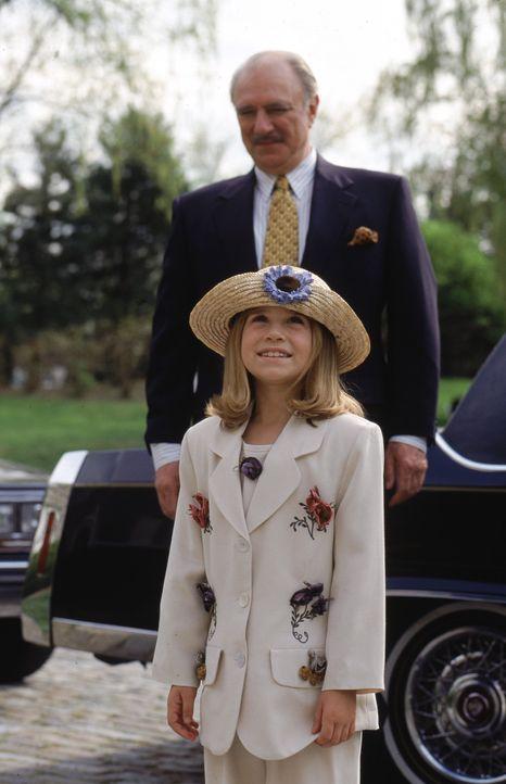Nach dem Rollentausch steht Waisenkind Amanda (Mary-Kate Olsen, vorne) das erste Mal vor dem riesigen Anwesen ihrer Zwillingsschwester Alyssa. Nur B... - Bildquelle: Warner Bros.