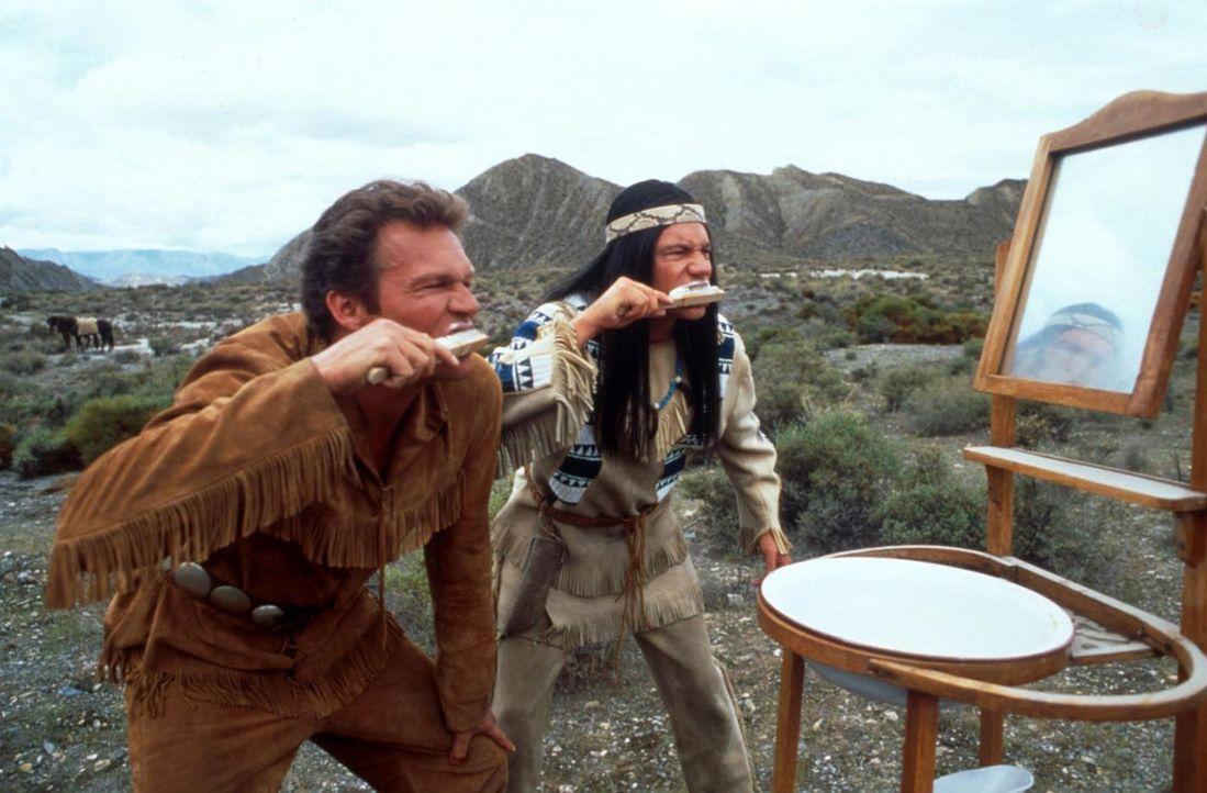 """Das haut sogar den stärksten Cowboy um: Abahachi (Michael """"Bully"""" Herbig, r.) und Ranger (Christian Tramitz, l.) ... - Bildquelle: herbX film gmbh"""