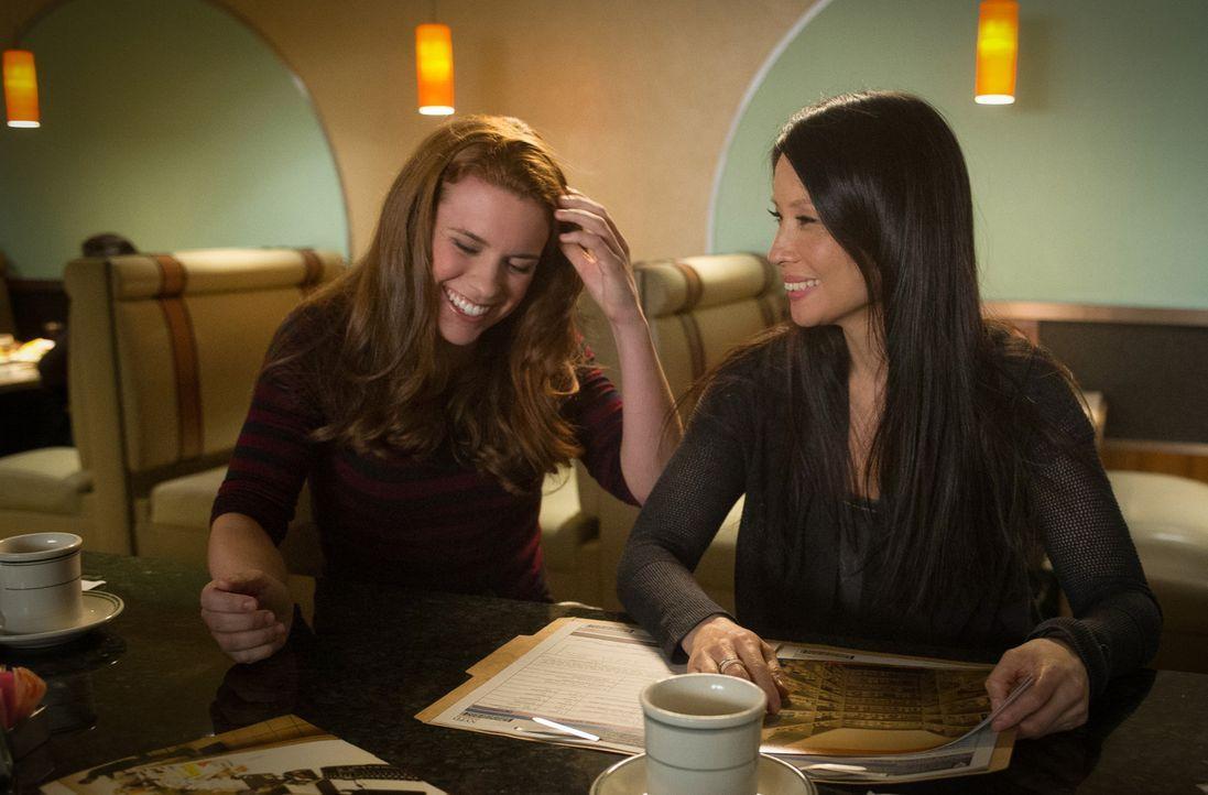 NYPD Officer Hannah (Liza J. Bennett, l.) bittet bei einem ihrer Fälle Watson (Lucy Liu, r.) um Hilfe. Wird sie ihr weiterhelfen können? - Bildquelle: CBS Television