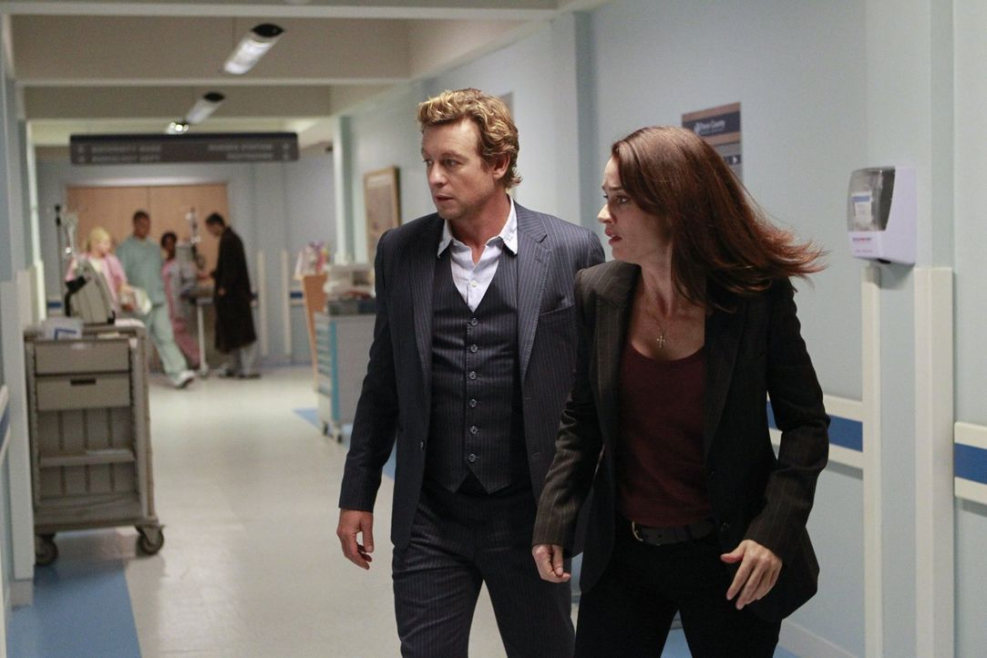 Bei einem neuen Fall gehen Jane (Simon Baker, l.) und Lisbon (Robin Tunney, r.) große Risiken ein, um dem tödlichen Treiben der Gesuchten ein für al... - Bildquelle: Warner Bros. Television