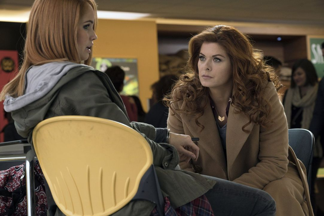 Laura (Debra Messing, r.) steht vor einem Problem, als ihre Halbschwester Lucy (Debby Ryan, l.) verdächtigt wird, einen Mord begangen zu haben ... - Bildquelle: 2016 Warner Bros. Entertainment, Inc.