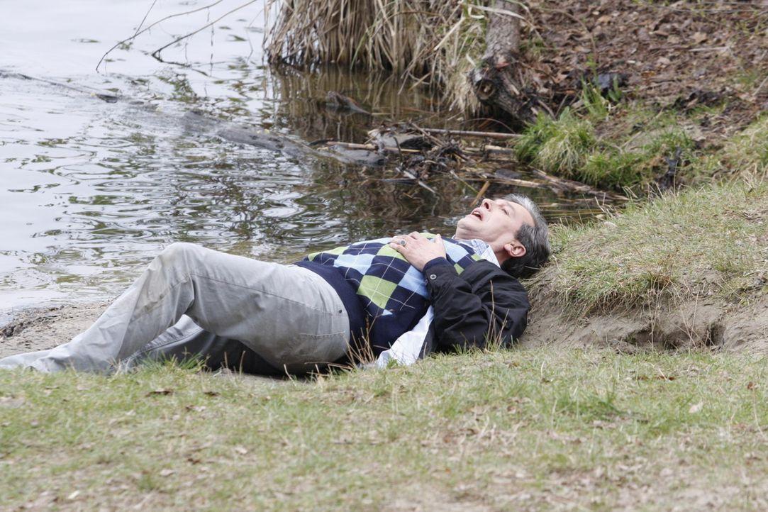 Kämpft verzweifelt um sein Leben: Julius Aden (Günter Barton)  ... - Bildquelle: SAT.1