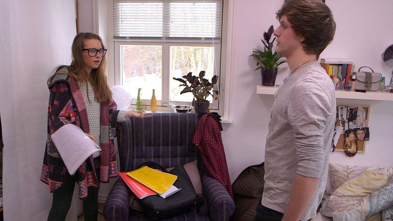 Käthe (l.) wird von ihren Mitschülern weiterhin gemobbt - mit immer dramatischeren Aktionen: Rudi (r.) muss das hilflose Mädchen aus der Schule r... - Bildquelle: SAT.1