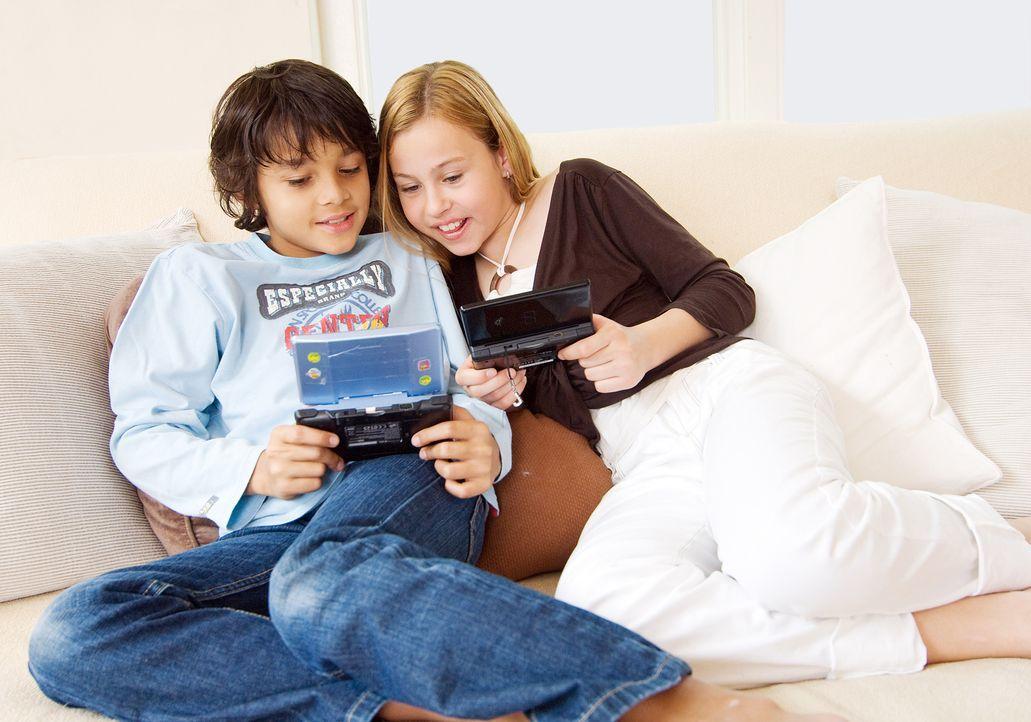 kinder-spielen-minicomputer-auf-sofa-MEV-Verlag-GmbH - Bildquelle: MEV-Verlag GmbH