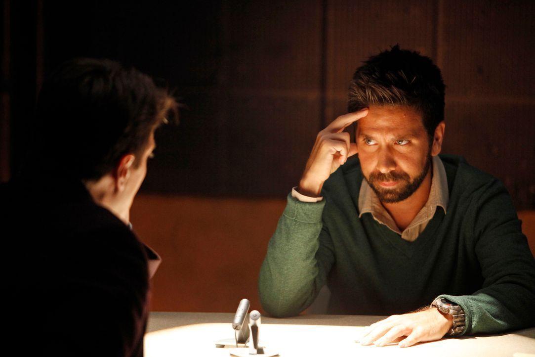 Der grausame Mord an der jungen Shauna Taylor ist ein Rätsel. Simon Doyle (Joshua Gomez, r.) wird als Verdächtiger verhaftet. Schafft er es, Castle... - Bildquelle: ABC Studios