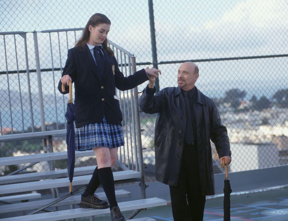 Mia Thermopolis (Anne Hathaway, l.); Joe (Hector Elizondo, r.) - Bildquelle: Ron Batzdorff Disney Enterprises Inc. / Ron Batzdorff