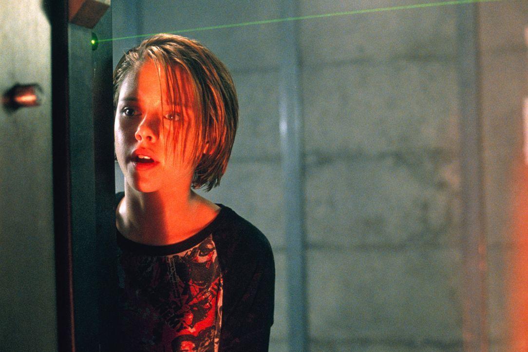 Sarah (Kristen Stewart) wartet an der Tür, während ihre Mutter den Schutzraum verlassen hat, um ihr Mobiltelefon zu holen ... - Bildquelle: 2003 Sony Pictures Television International. All Rights Reserved