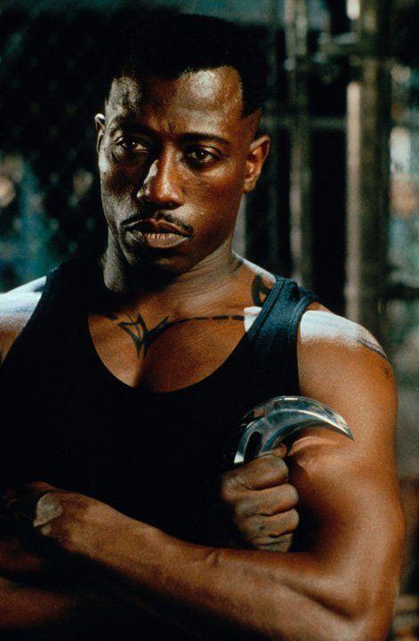 Blade (Wesley Snipes) ist gewappnet für den Kampf gegen die zahllosen Blutsauger ... - Bildquelle: Warner Bros.
