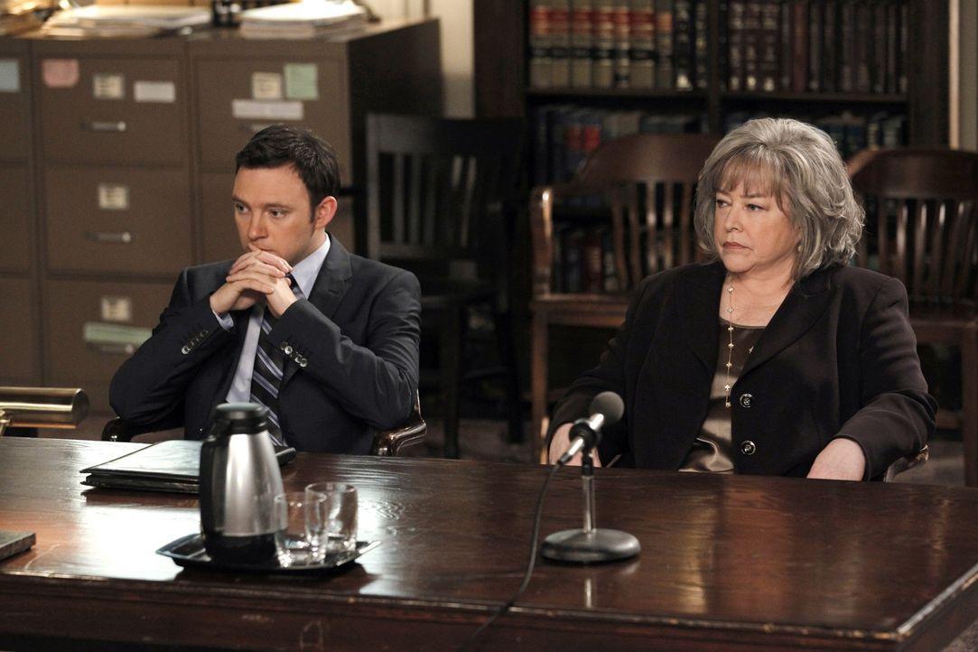 Harry (Kathy Bates, r.) vertritt Justin Graham in einem Mordprozess. Doch bald ist sie davon überzeugt, dass dieser tatsächlich seine Frau umgebra... - Bildquelle: Warner Bros. Television