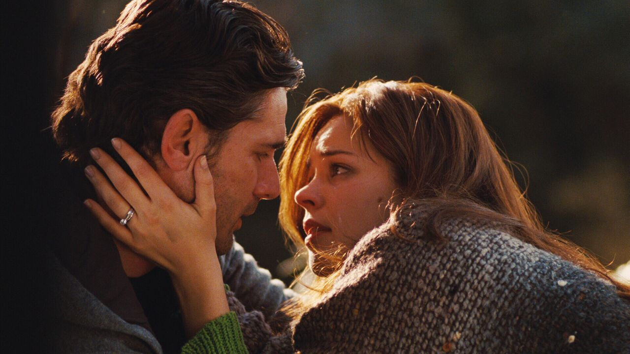 Wagen das schier Unmögliche: Henry (Eric Bana, l.) und Clare (Rachel McAdams, r.) beschließen zu heiraten, obwohl der junge Mann zwischen den Zeit... - Bildquelle: Warner Brothers