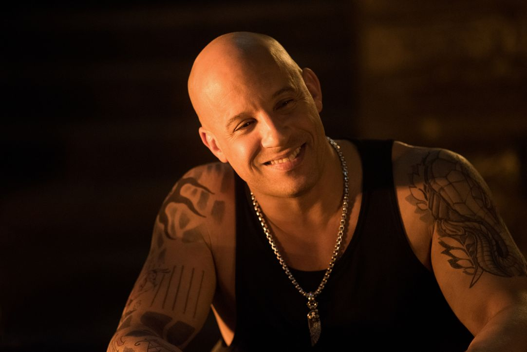 Wird sich der im Exil lebende Xander (Vin Diesel) von Agent Gibbons überreden lassen, noch einmal als Geheimagent für die US-Regierung zu arbeiten? - Bildquelle: George Kraychyk 2016 Paramount Pictures and Revolution Studios. All Rights Reserved. / George Kraychyk