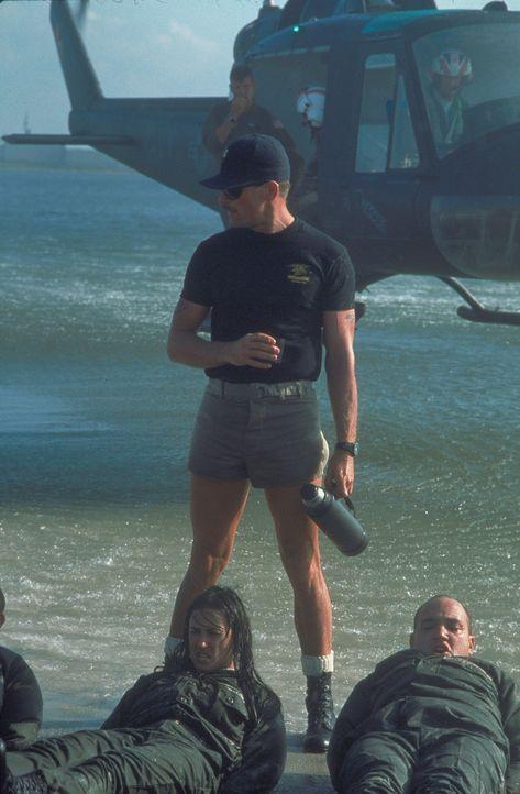 O'Neils (Demi Moore, unten l.) Ausbilder, Master Chief Urgayle (Viggo Mortensen, oben), lässt keine Gelegenheit aus, sie verbal und körperlich zu... - Bildquelle: Buena Vista International