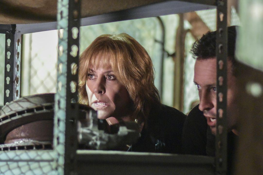 Als seine Mutter Doris (Christine Lahti, l.) entführt wird, versucht Steve (Alex O'Loughlin, r.), sie zu befreien. Doch ein Wettlauf gegen die Zeit... - Bildquelle: Norman Shapiro 2016 CBS Broadcasting, Inc. All Rights Reserved