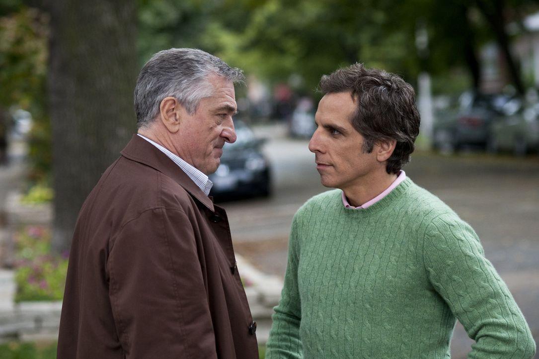 Da er bald nur noch Greg (Ben Stiller, r.) als Schwiegersohn hat, möchte Jack Byrnes (Robert De Niro, l.) ihn zum Familienoberhaupt machen, bis sic... - Bildquelle: Glen Wilson 2010 Universal Studios & DW Studios LLC