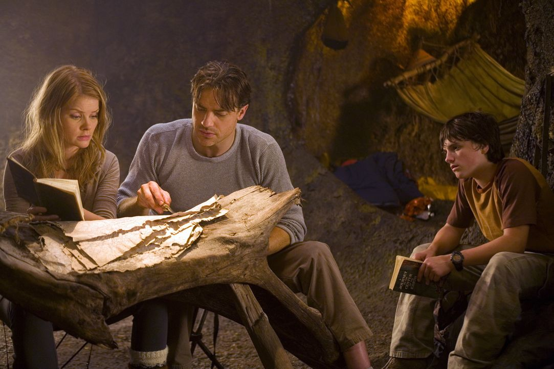 Trevor (Brendan Fraser, M.), Hannah (Anita Briem, l.) und Sean (Josh Hutcherson, r.) finden Aufzeichnungen, Briefe und ein Tagebuch, welches Trevors... - Bildquelle: Warner Bros.