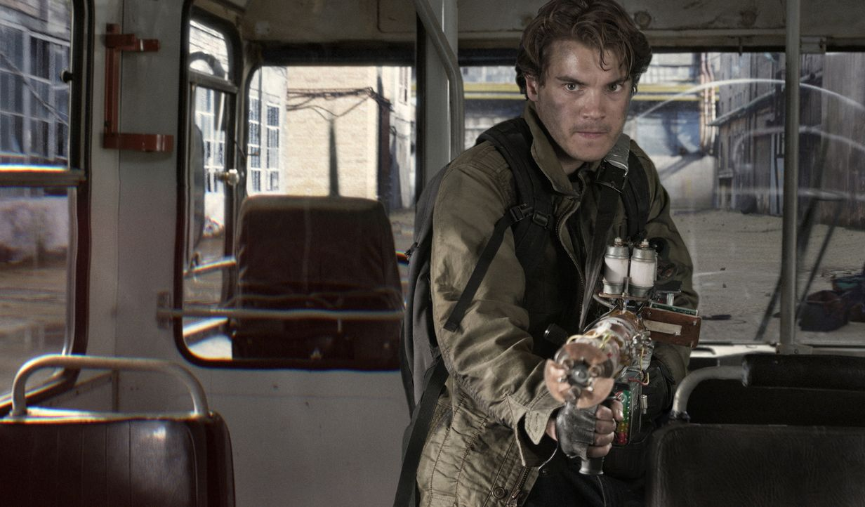 Nimmt den Kampf mit den Aliens auf: Sean (Emile Hirsch) ... - Bildquelle: Rico Torres 2011 Monarchy Enterprises S.a.r.l. and Summit Entertainment,