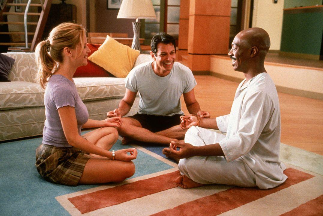 """""""G."""" (Eddie Murphy, r.) führt Ricky Hayman (Jeff Goldblum, M.) und Kate Newell (Kelly Preston, l.) in die geheime Welt der Meditation ein ..."""