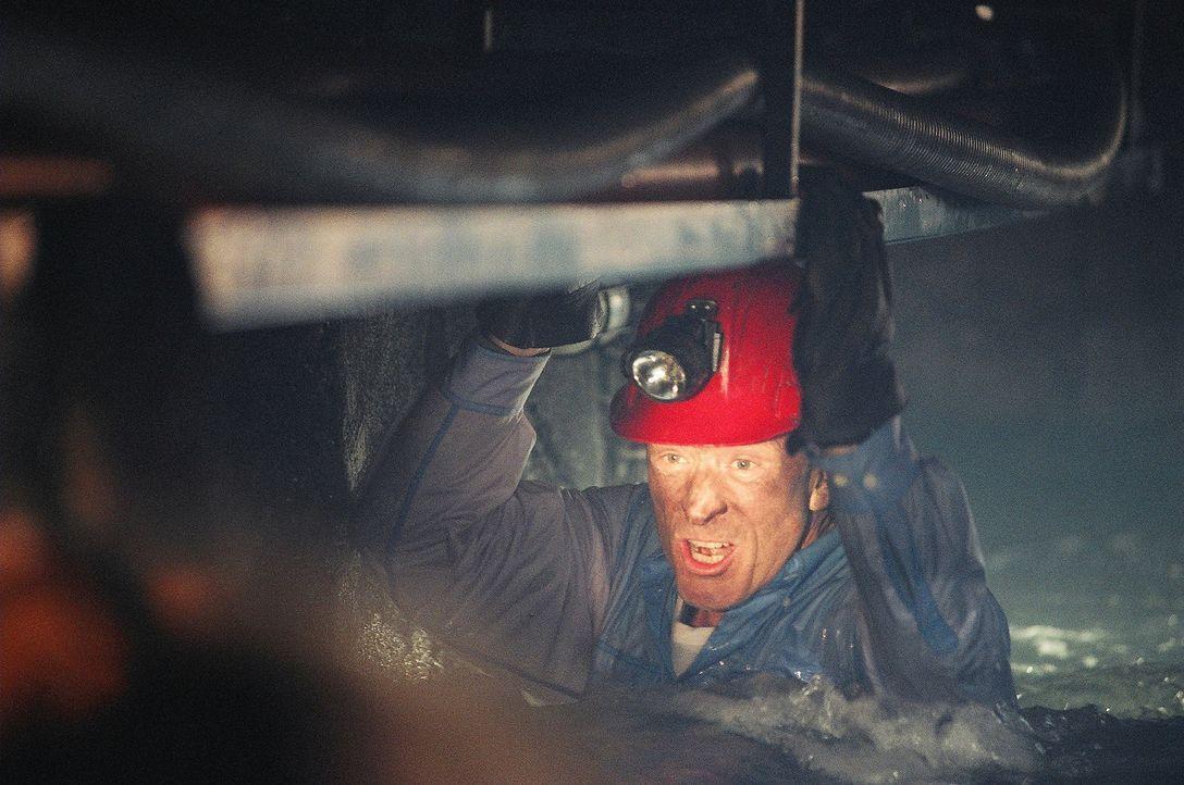 Unaufhörlich dringen die Wassermassen in den Stollen. Als auch noch Gas austritt befürchtet Chief Bogen (Ted Shackelford) das Schlimmste ... - Bildquelle: Regent Entertainment