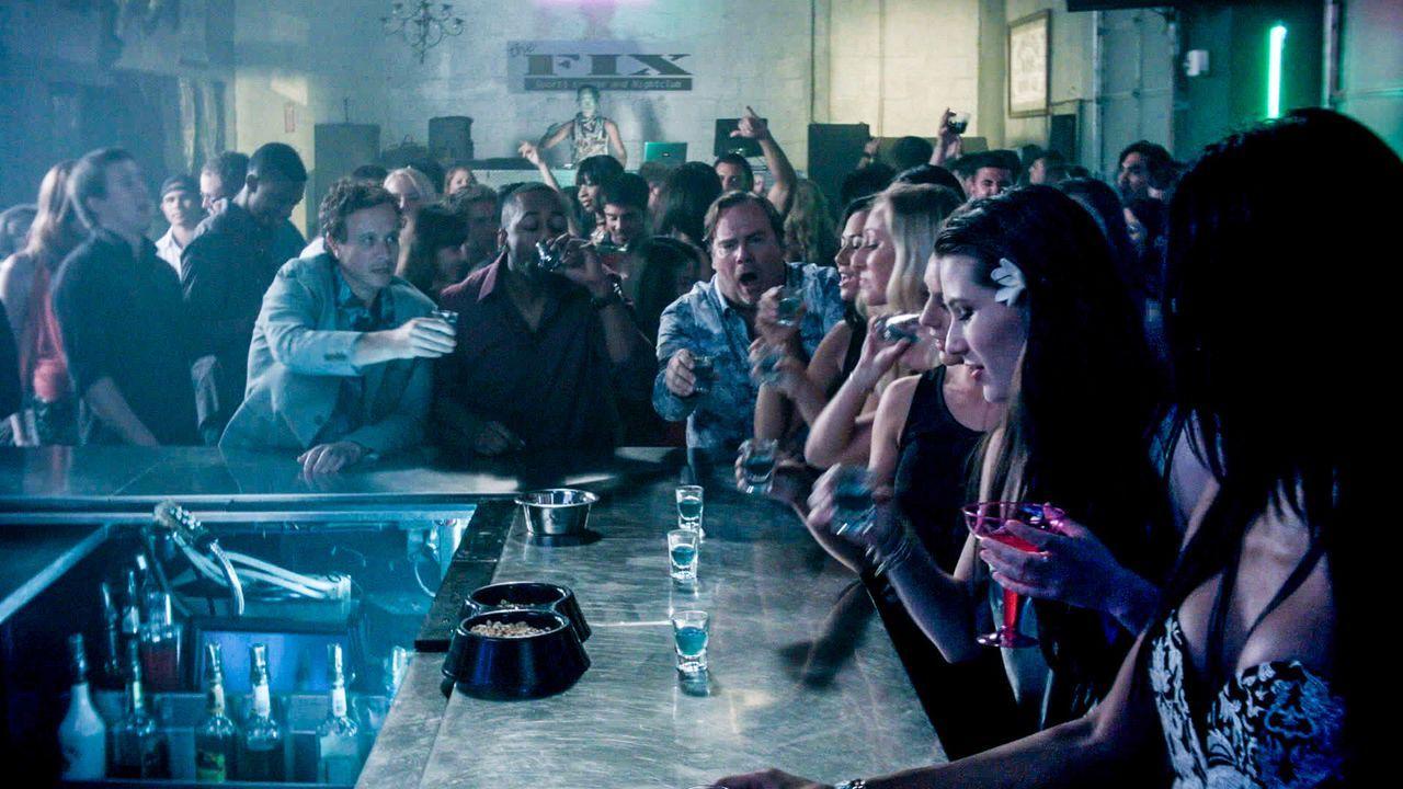 Eine Nacht, die sie so schnell nicht vergessen werden: Mickey Dickson (Kevin Farley, hinten r.), Nolan Fremont (Jaleel White, hinten M.) und Jake Lo... - Bildquelle: 2015 CBS Broadcasting Inc. All Rights Reserved.