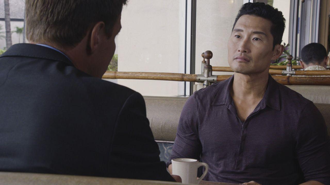Chin (Daniel Dae Kim, r.) bekommt von Robert Coughlin (Ingo Rademacher, l.) ein ganz besonderes Angebot. Doch wird er dieses annehmen? - Bildquelle: 2017 CBS Broadcasting, Inc. All Rights Reserved
