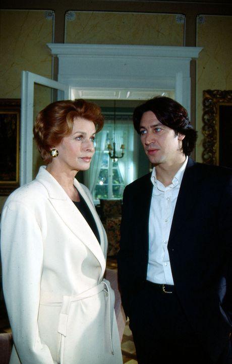 Kommissar Richie Moser (Tobias Moretti, r.) sucht die Witwe und Sektfabrikantin Karla Wilke (Senta Berger, l.) auf, um sie zum Tod ihrer Freundin zu... - Bildquelle: Sat.1