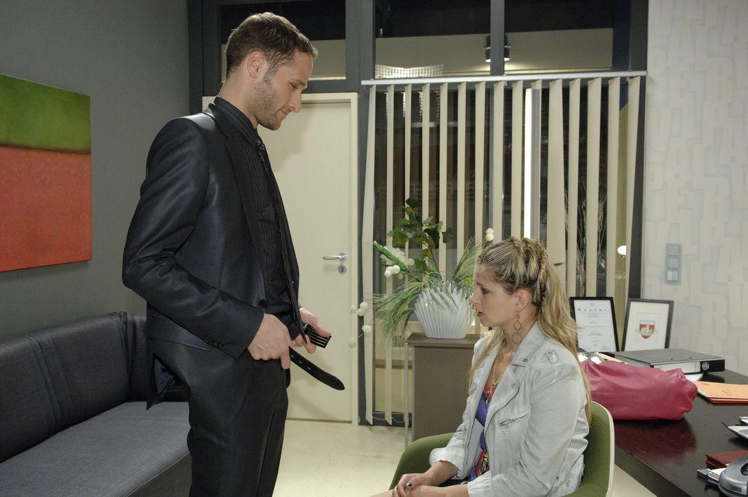 Mia (Josephine Schmidt, r.) ist völlig entsetzt, als David (Lee Rychter, l.) ihr anbietet, sein Honorar mit Sex auszuzahlen ... - Bildquelle: Sat.1