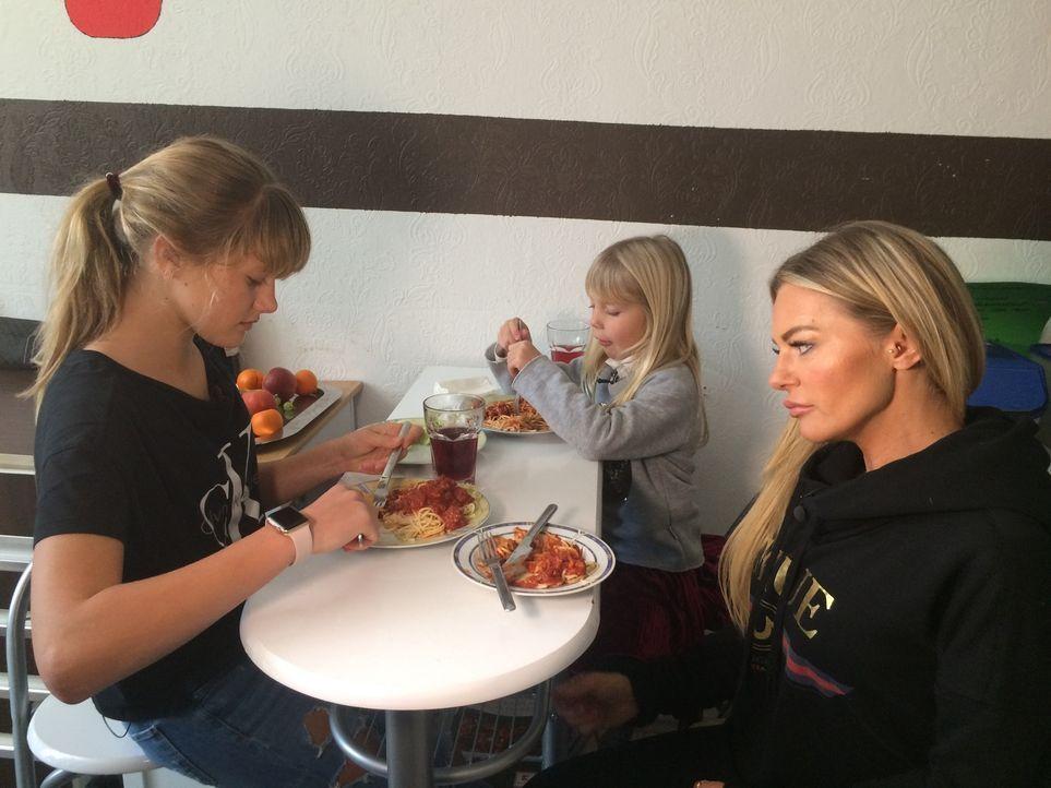 Das neue Wochenbudget von 197,50 Euro fordert von allen Familienmitgliedern der Böschs große Entbehrungen - auch beim Essen. - Bildquelle: SAT.1