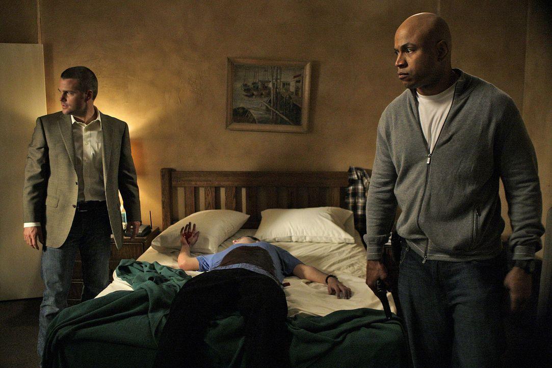 Special Agents G. Callen (Chris O'Donnell, l.) und Special Agent Sam Hanna (LL Cool J, r.) vom NCIS in Los Angeles versuchen verzweifelt, einen gef - Bildquelle: CBS Television