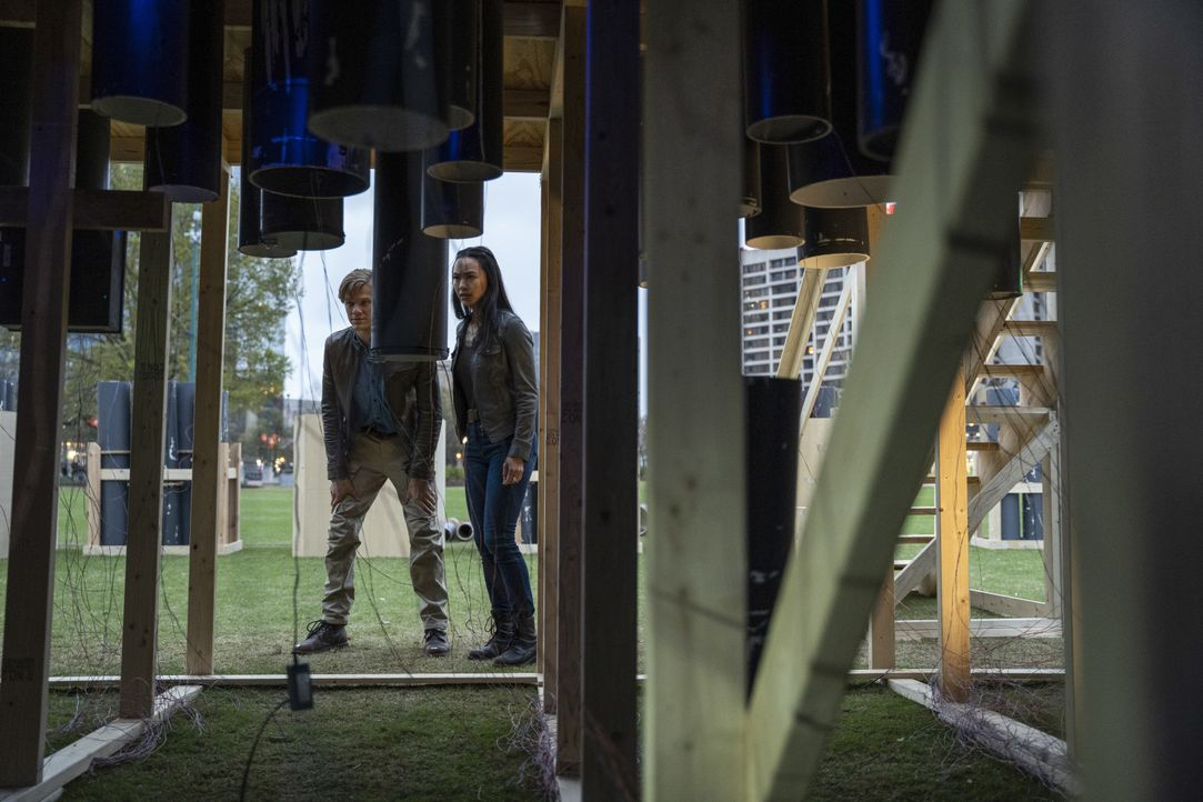 Angus MacGyver (Lucas Till, l.); Desi Nguyen (Levy Tran, r.) - Bildquelle: Nathan Bolster 2021 CBS Broadcasting, Inc. All Rights Reserved. / Nathan Bolster
