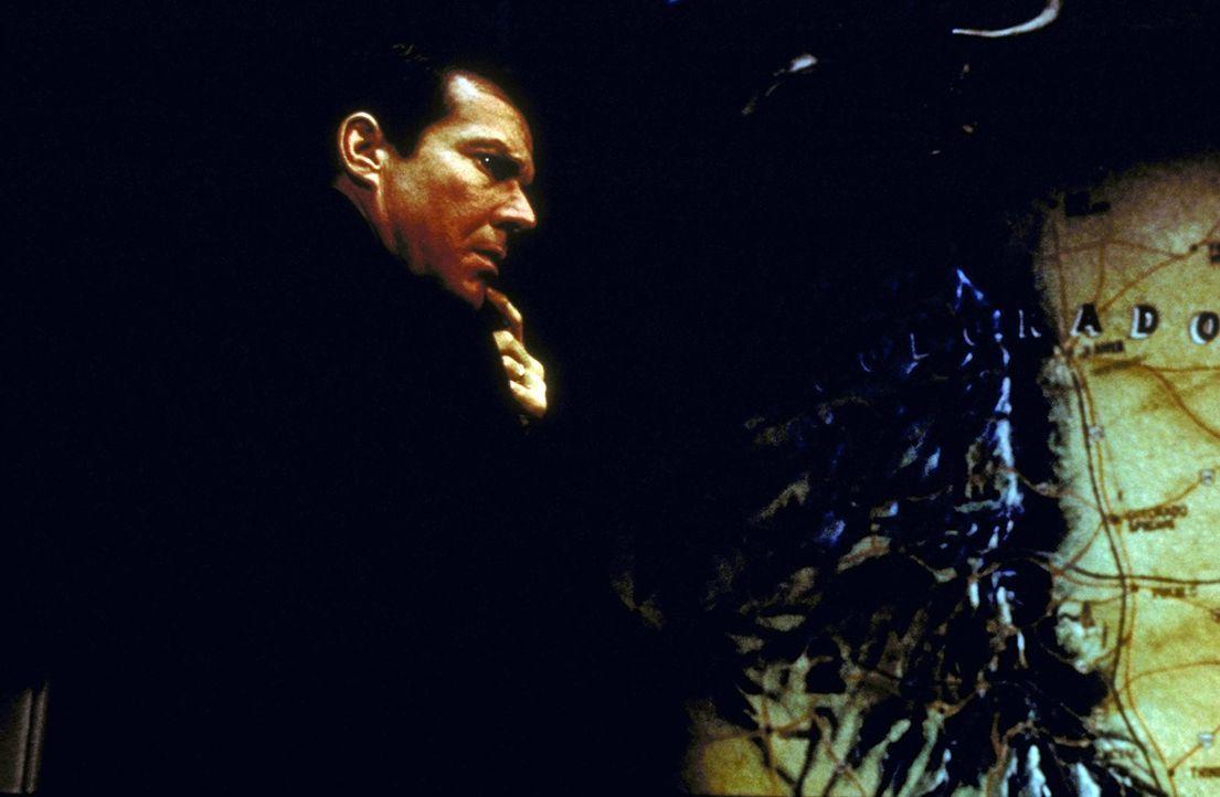 FBI-Mann LaCrosse (Dennis Quaid ) stellt fest, dass der Killer einen Wagen, wie Bob Goodall ihn hat, fährt ... - Bildquelle: Paramount Pictures