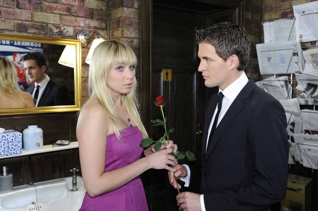 Lily (Jil Funke, l.) hat ein schlechtes Gewissen und versöhnt sich mit Lars (Alexander Klaws, r.) ... - Bildquelle: Sat 1