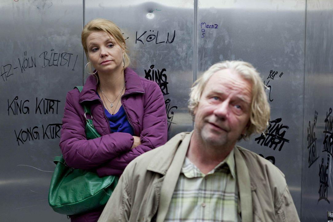 Während Danni (Annette Frier, l.) mit dem Segelthema beschäftigt ist, erwirbt Kurt (Axel Siefer, r.) seinen elektrischen Traum-Luxusrollstuhl, an... - Bildquelle: SAT.1