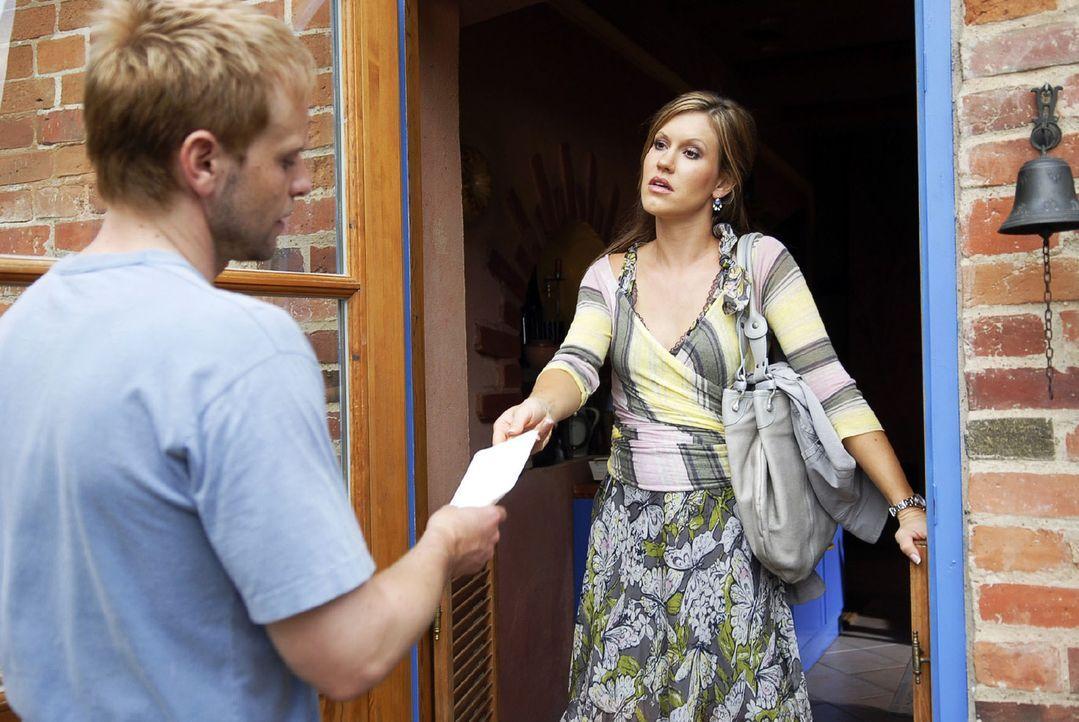 Jackie (Wolke Hegenbarth, r.) drückt Tom (Julian Weigend, l.) den eigentlichen Grund für ihren Besuch in die Hand - die Scheidungspapiere ... - Bildquelle: Sat.1