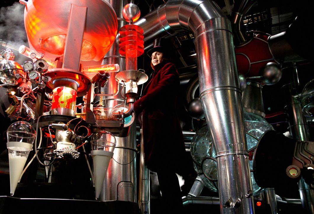 Seit fast 15 Jahren hat man keinen einzigen Arbeiter die Fabrik betreten oder verlassen sehen, und auch Willy Wonka (Johnny Depp) selbst bleibt unsi... - Bildquelle: Warner Bros. Pictures