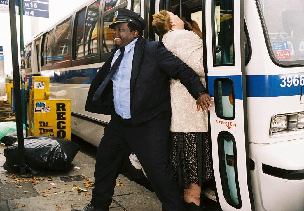 """Der New Yorker Busfahrer Ralph Kramden (Cedric """"the Entertainer"""", l.) hat viele Ideen, wie man schnell und ohne große Mühe reich werden kann. Doch... - Bildquelle: TM &   2006 Paramount Pictures. All Rights Reserved."""