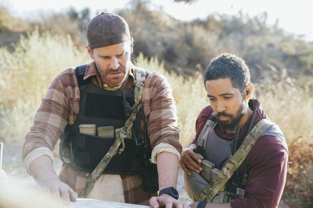 Jason (David Boreanaz, l.) und Ray (Neil Brown Jr., r.) sollen im pakistanischen Niemandsland drei Guantanamo Häftlinge gegen einen US-Soldaten aust... - Bildquelle: Erik Voake Erik Voake/CBS  2017 CBS Broadcasting, Inc. All Rights Reserved