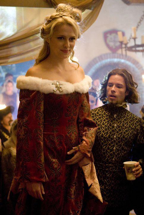 Violet Nottingham (Teresa Palmer, l.) ist die Angebetete von Ritter Skeeter - doch auch sein Erzfeind Kendall (Guy Pearce, r.) ist vor Ort, um ihm d... - Bildquelle: Disney