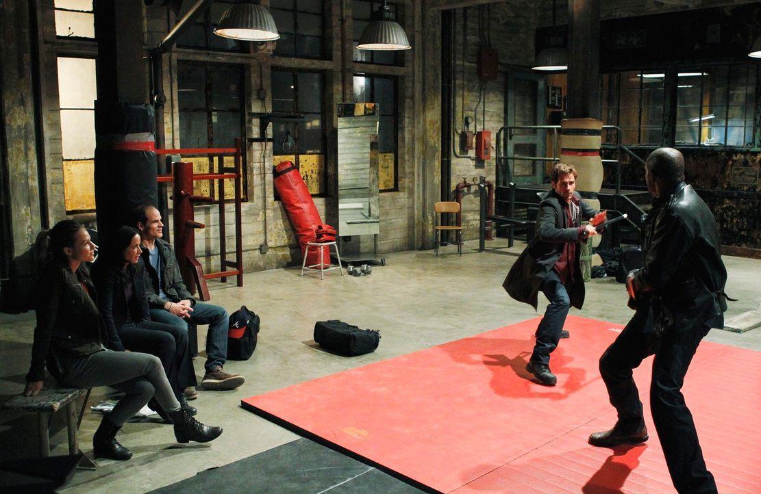 John (Michael Kelly, M.), Beth (Janeane Garofalo, 2.v.l.) und Gina (Beau Garrett, l.) amüsieren sich beim Kräftemessen zwischen Sam (Forest Whitaker... - Bildquelle: ABC Studios