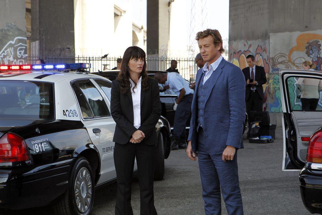 Ein neuer Fall beschäftigt: Teresa Lisbon (Robin Tunney, l.) und Patrick Jane (Simon Baker, r.) ... - Bildquelle: Warner Bros. Television